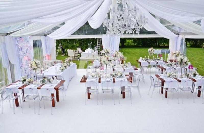 Wesele w ogrodzie w dużym namiocie weselnym