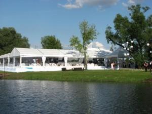 Hala namiotowa rozstawiona przy jeziorze na weselu plenerowym.