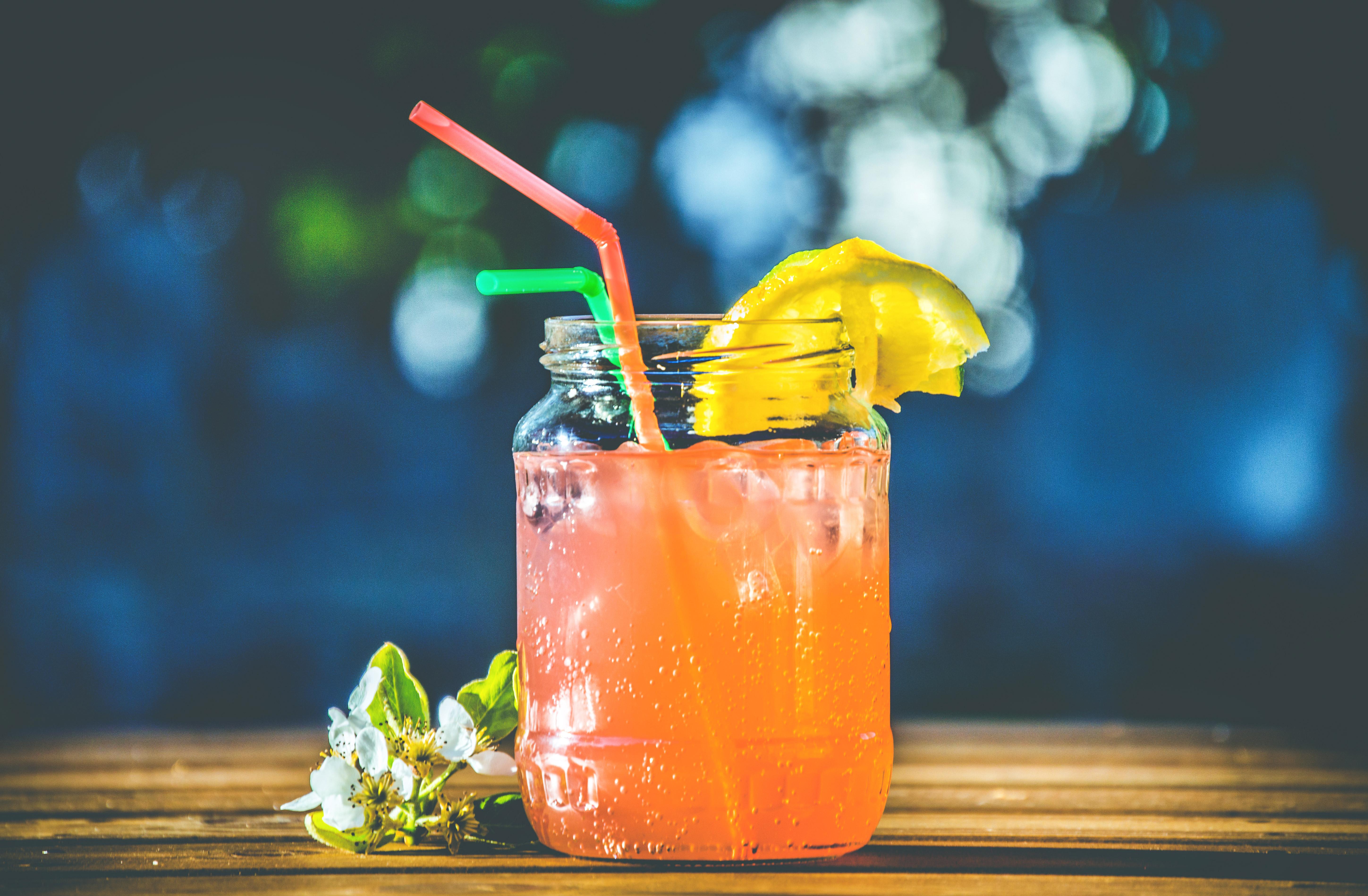 Kolorowy drink w słoiku