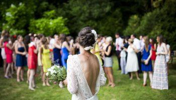 Młoda para i goście na swoim przyjęciu weselnym w ogordzie.