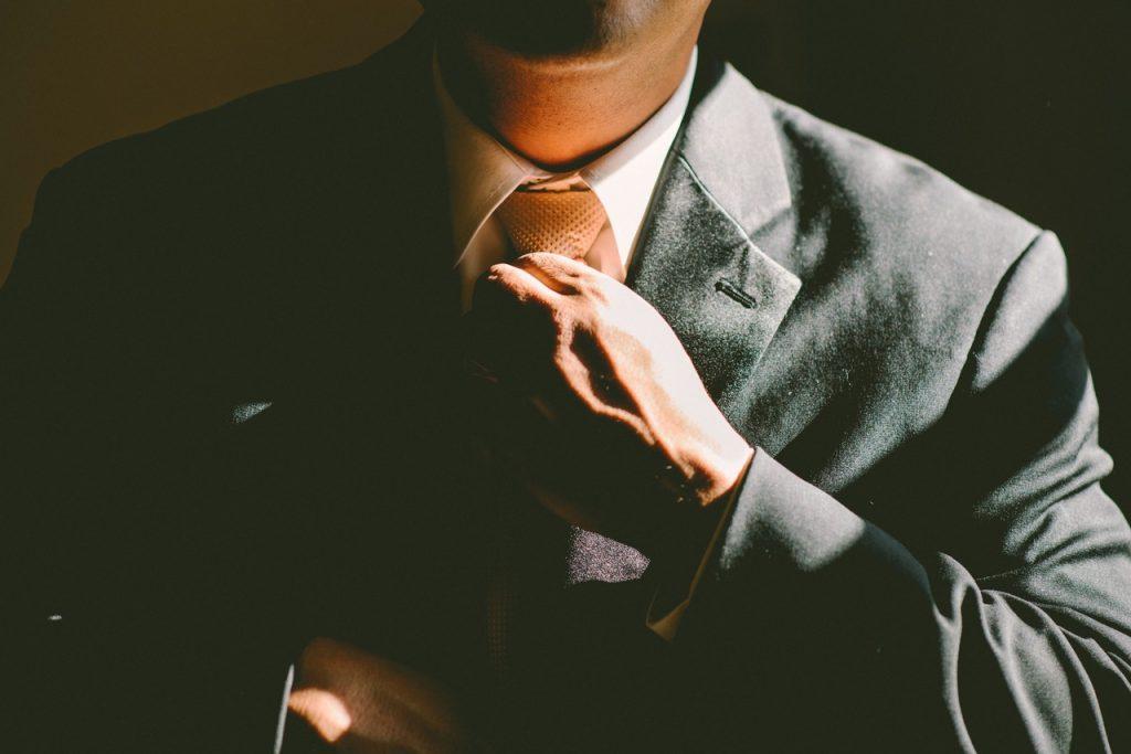 Mężczyzna w garniturze