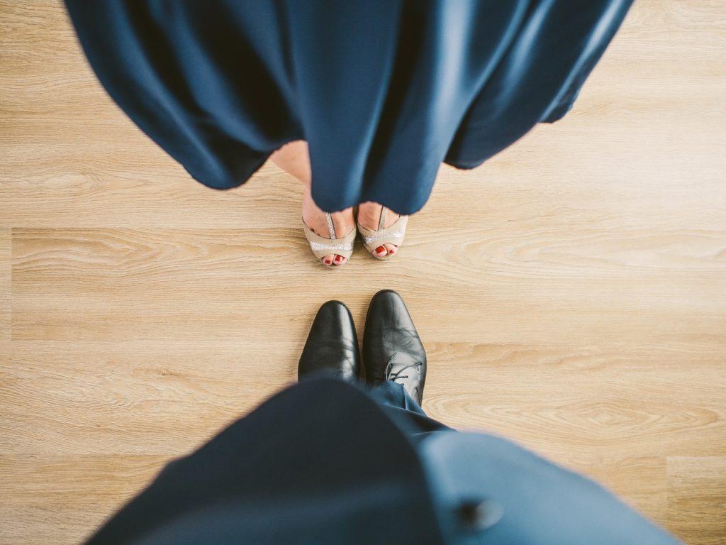 Mężczyzna i kobieta w eleganckich strojach