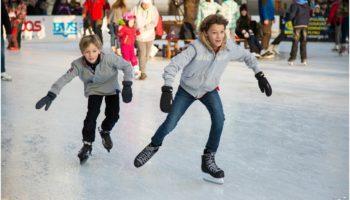 Ludzie jeżdżący na łyżwach, na lodowisku